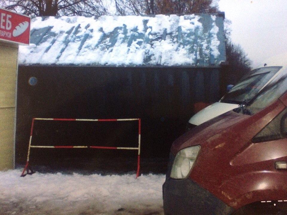 В Рязани водитель грузовика уронил контейнер на два киоска и машину