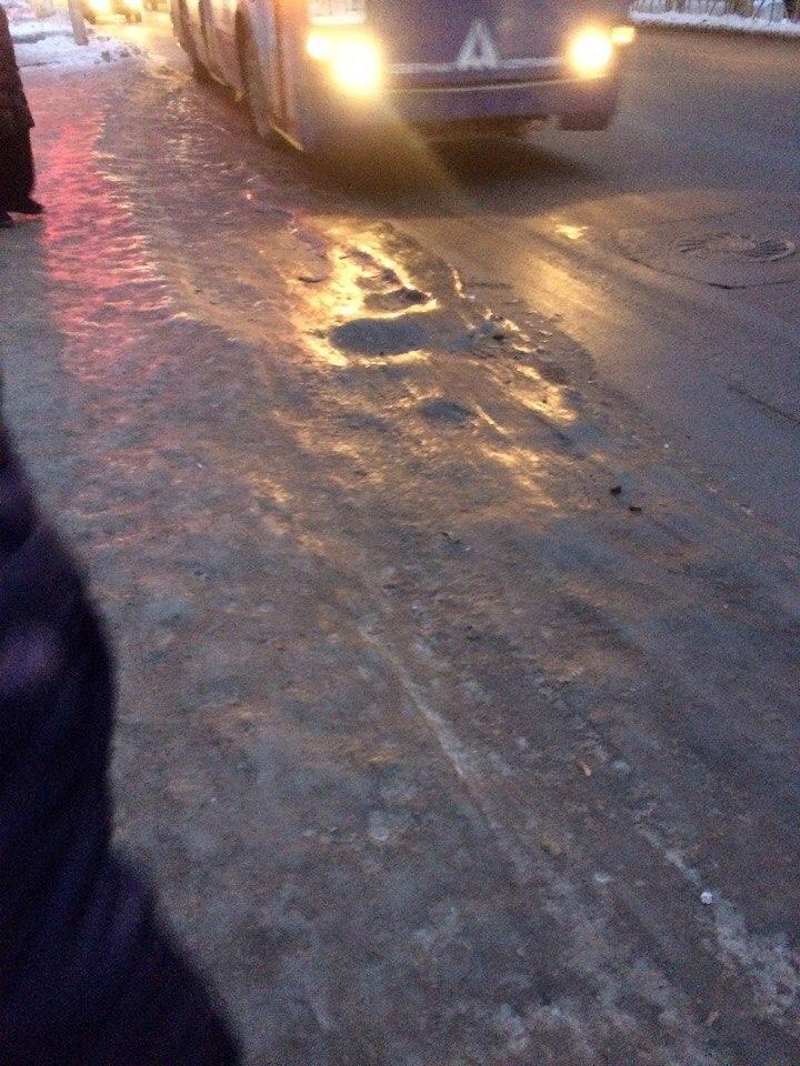 В Приокском не очищают остановки — троллейбусы буксуют на льду