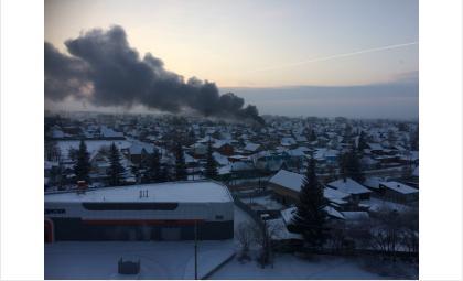 В Бердске на ул. 8-ое Марта открытым огнём горит частный дом