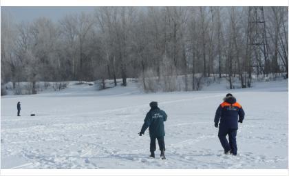 Спасатели Бердска ищут провалившихся под лёд рыбаков 36 и 55 лет