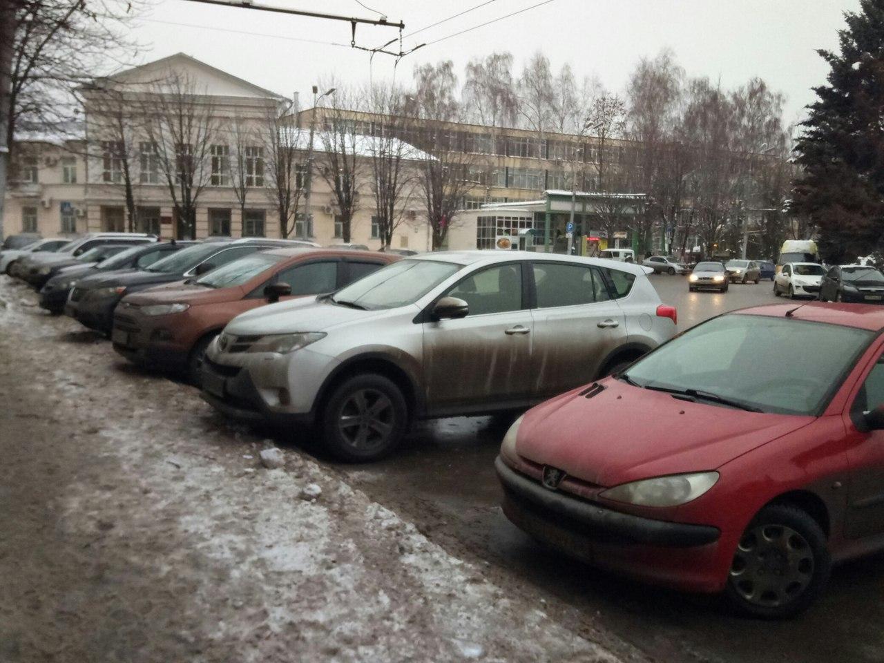 Часть парковочных мест на площади Мичурина является бесплатной