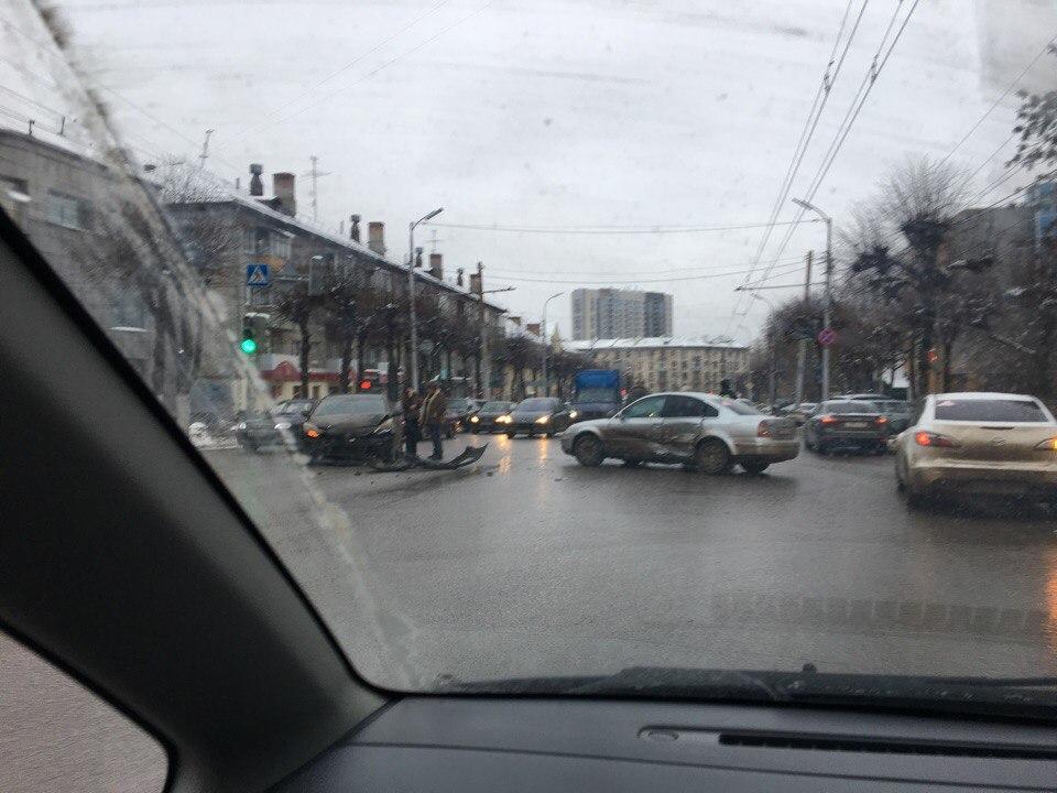 На пересечении Дзержинского и Шевченко столкнулись две иномарки